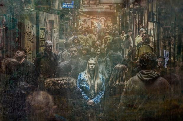 печальная девушка в толпе других равнодушных людей