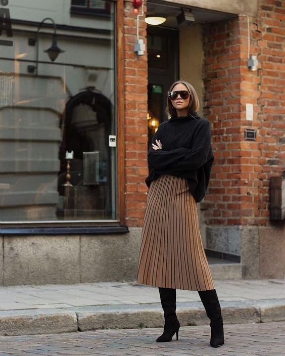 На изображении может находиться: один или несколько человек, люди стоят, обувь и на улице