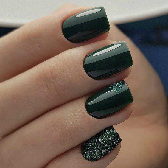Интересный дизайн ногтей в зеленом цвете.