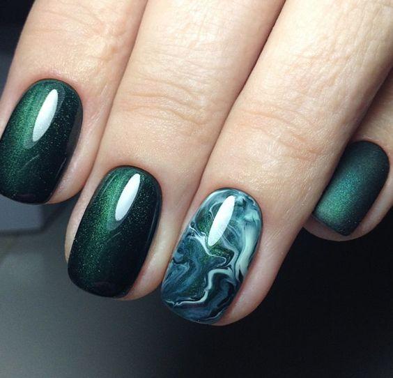 Ногти изумрудным гель-лаком