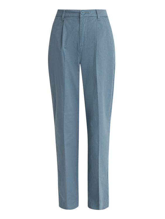 Комментарий стилиста Классические прямые брюки со «стрелками» сшиты из хлопка серо-синего однотонного цвета. Эта модель из коллекции Max&Co станет частью непринужденных ансамблей, дополняя рубашку, бомбер или плащ. Кроссовки добавят динамичный акцент в образ для прогулок и путешествий.