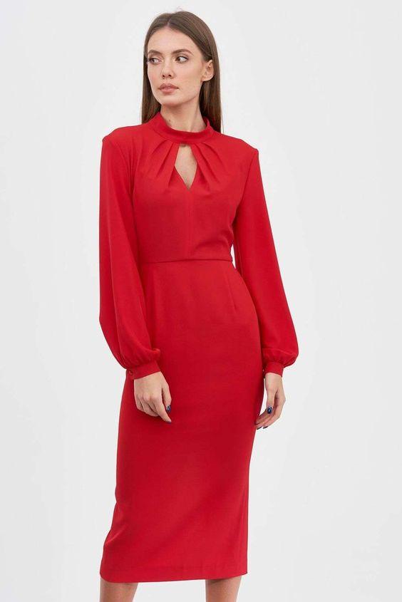Платье красного цвета – это ставка на хорошую вневременную базу. За счет насыщенного цвета оно выглядит самодостаточно и нарядно, а необычный вырез и рукава-фонарики снижают градус строгости. Дополните платье любимыми украшениями, классическими лодочками и миниатюрным клатчем, чтобы ловить заинтересованные взгляды весь вечер.
