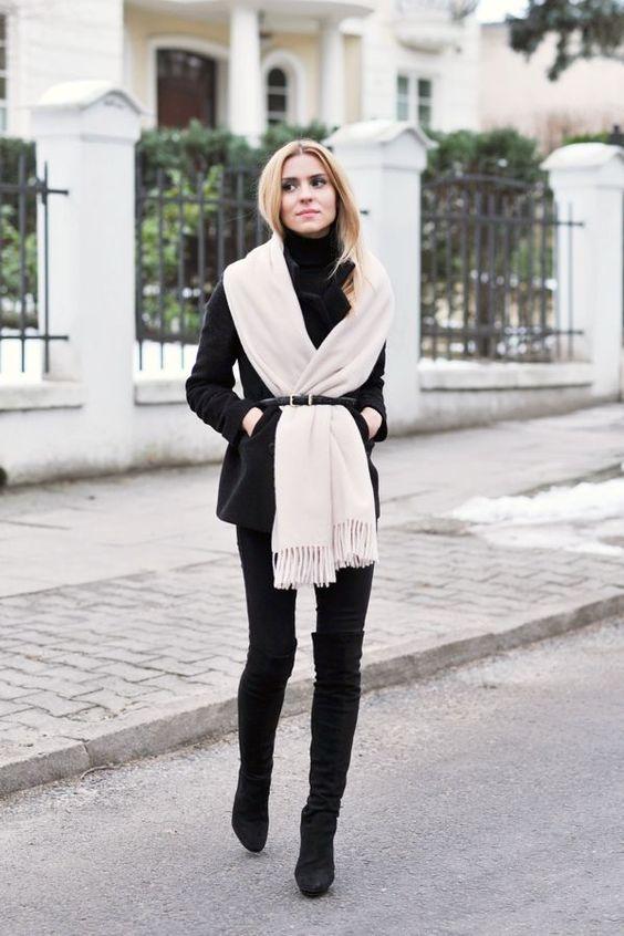 Черные ботильены, джинсы пальто с белым шарфом