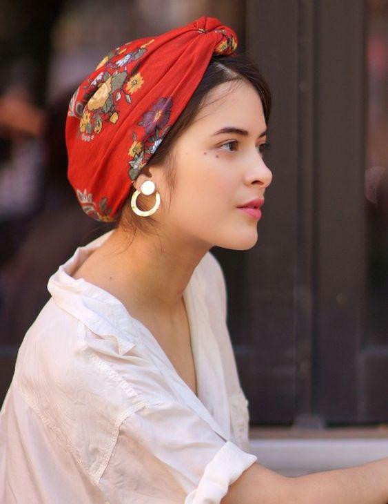 Сторонники восточного стиля обожают не только удлиненные блузы с красивой вышивкой, но и платки на голову. Из них можно сделать эффектный тюрбан, повязку на пляж или стильную бандану для повседневного образа. #аксессуары #платокнаголову #тюрбан #восточныйстиль #лето2019 #идеипричесок #повседневныйстиль #пляжнаямода