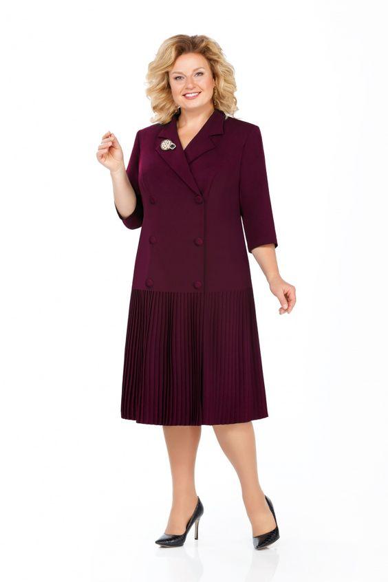 Платье полуприлегающего силуэта из плательно-костюмной ткани с небольшой растяжимостью. Перед с двубортной застежкой, отворотами лацканов, рельефами из пройм. Спинка длиной 112см от вершины плечевого шва со средним швом и талиевыми вытачками. Воротник отложной, пиджачного типа. Рукава втачные, двухшовные. Низ платья из плиссированной ткани. Изделие с плечевыми накладками.