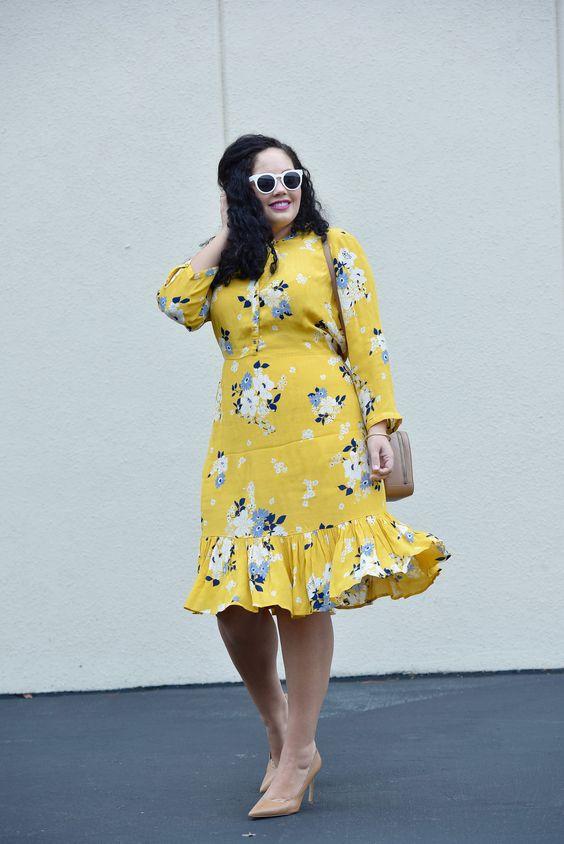 Девушка с кривыми блогер Tanesha Авасти, в пост зимой яркие цвета, одет в Старый синий желтый цветочный платье и бушлат военно-морского флота.