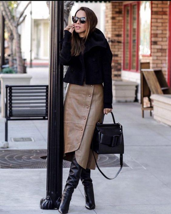 Одежда из кожи или кожзаменителя - хит сезона. Актуальная длина модели юбки например - ниже колена. Мини тоже можно.