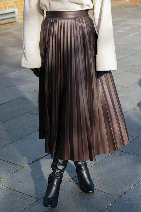 Brown faux leather pleated skirt from Zara #fashionblogger #zara #streetstyle