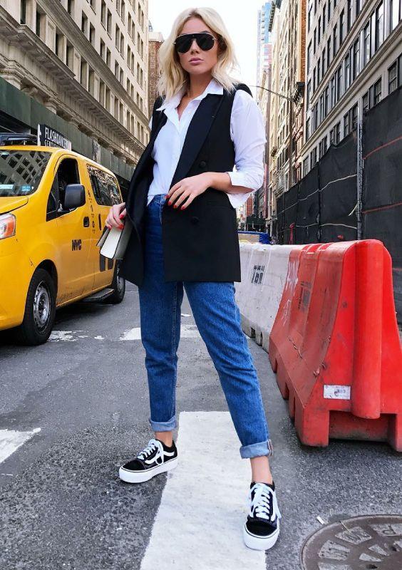 Como ser chique usando jeans. Camisa branca, colete preto, calça jeans com barra dobrada, tênis preto vans