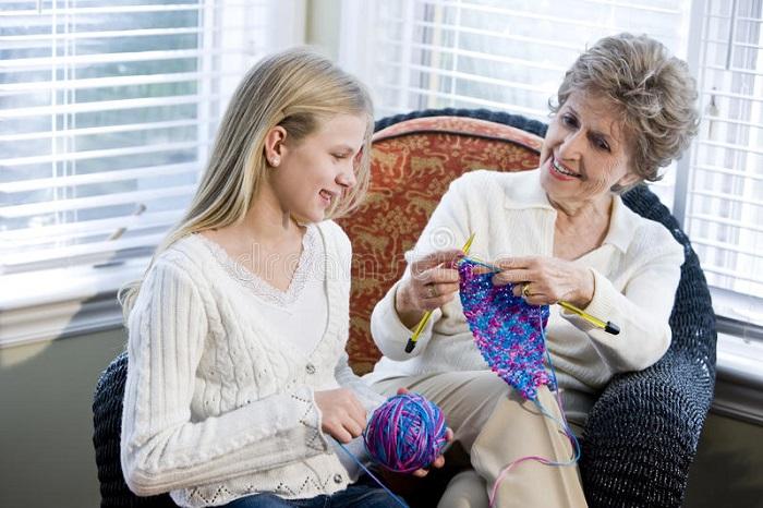 Воспоминания о времени, проведенном с бабушкой, останутся даже без связанного ею шарфа. / Фото: rg.ru