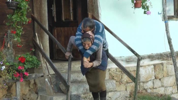 Матери уже 77 лет, но она протяжении 59 лет носит своего сына на спине