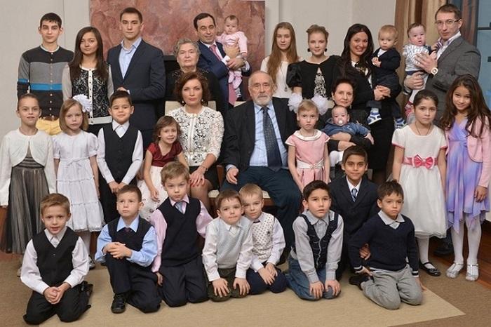 Миллиардер Авдеев, усыновивший 17 детей, решил не оставлять им наследство