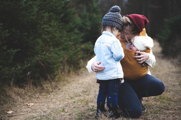 Молодая мама с двумя детьми