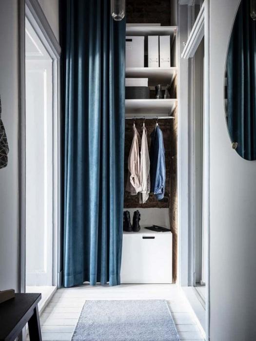 Вместо шкафа можно оборудовать полки со шторой. / Фото: design-homes.ru