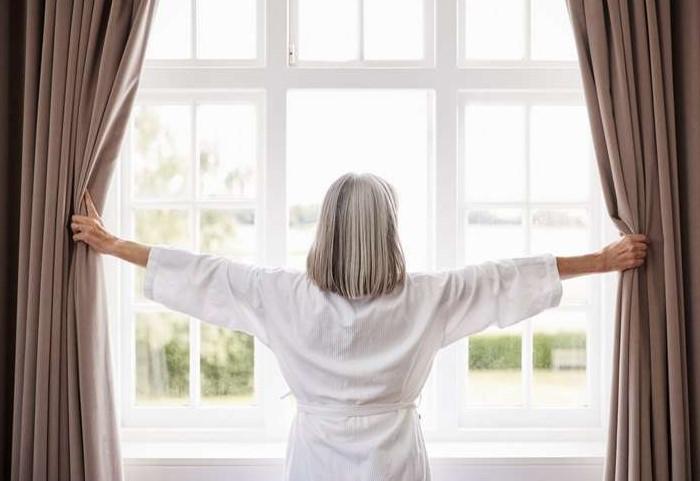 Обязательно зашторивайте окна, чтобы ультрафиолет не повредил предметы интерьера / Фото: media.acc.cv.ua