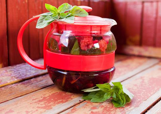 При желании можно добавить к травяному сбору пару ложек листьев черного или зеленого чая
