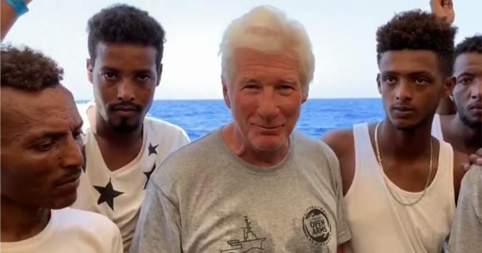 Ричард Гир привёз много еды и воды на корабль, полный беженцев
