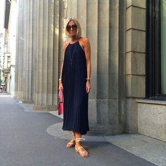 4. Aqui, A. usa um vestido plissado azul marinho de alcinhas bem minimalista. Pra completar o look, rasteira com amarração e bolsa a tiracolo pink. Foto @andattitude