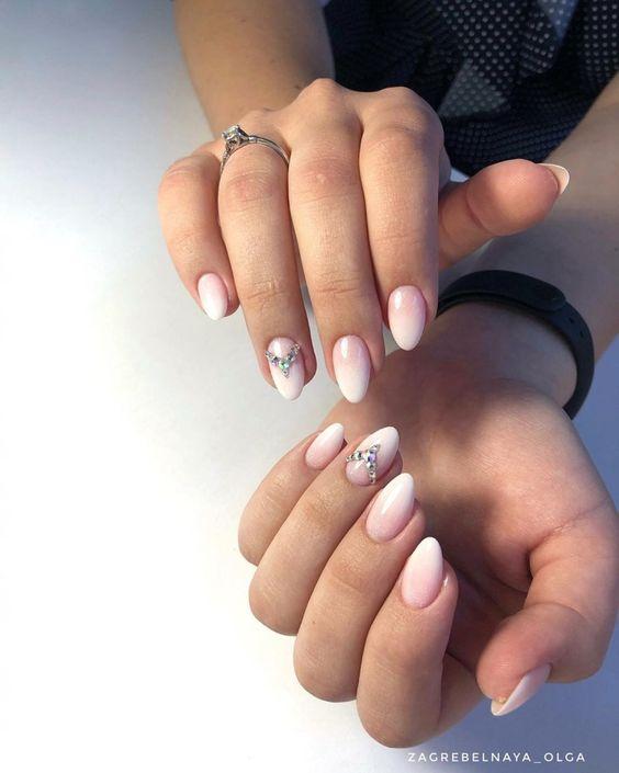 2019 Нюдовый с белым свадебный градиентный маникюр на короткие миндальные ногти со стразами на безымянном пальце