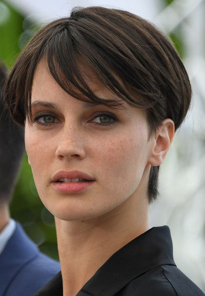 French actress Marine Vacth poses on May 26, 2017 during a photocall for the film 'L'Amant Double' (Amant Double) at the 70th edition of the Cannes Film Festival in Cannes, southern France. / AFP PHOTO / Anne-Christine POUJOULAT