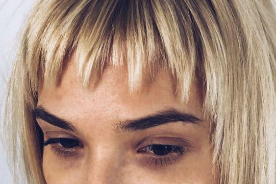 Рваная (градуированная) челка, в том числе косая, как подстричь, варианты выполенния на длинные и короткие волосы в домашних условиях + фото
