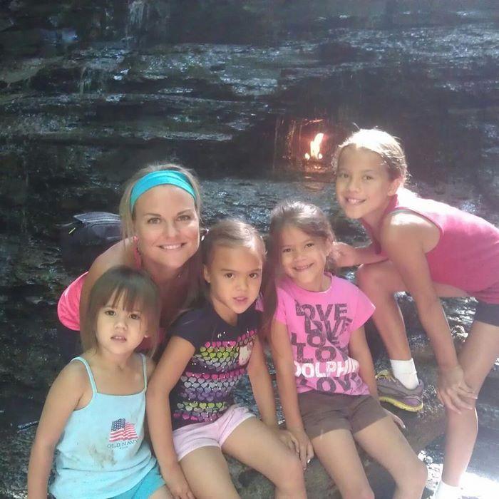 Женщина усыновила 4 дочерей своей погибшей от рака подруги